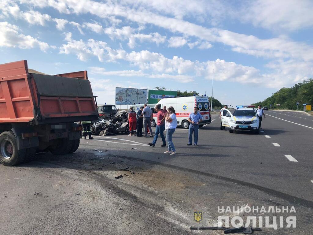 Водій і пасажир легкового автомобіля загинули на місці