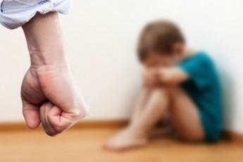 30 ударів ремнем: чоловік жорстоко побив 4-річну дитину