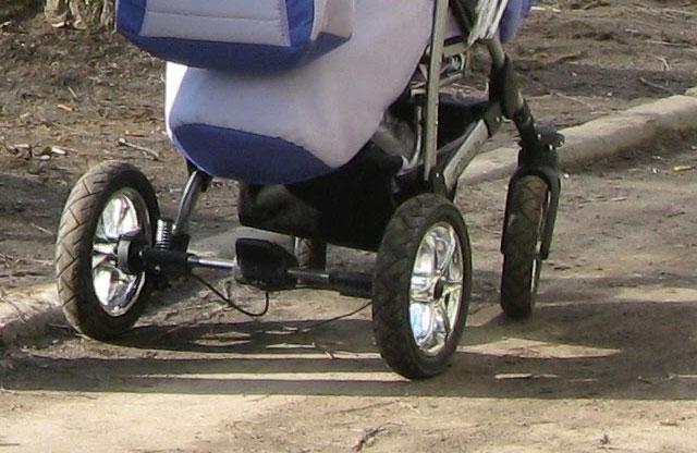 Де горе-батьки ніхто не знає: У Житомирі на вулиці кинули коляску з побитим 2-річним хлопчиком