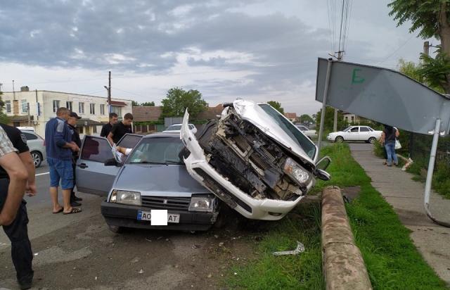Чергова ДТП в Ракошині: Великий позашляховик приземлився на легковушку (ФОТОФАКТ)