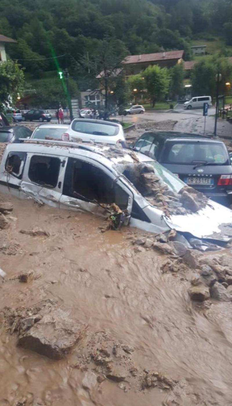 В Італії зсув накрив ціле місто: позносило автомобілі і паркани